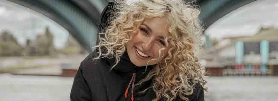 endommetriose blonde frau